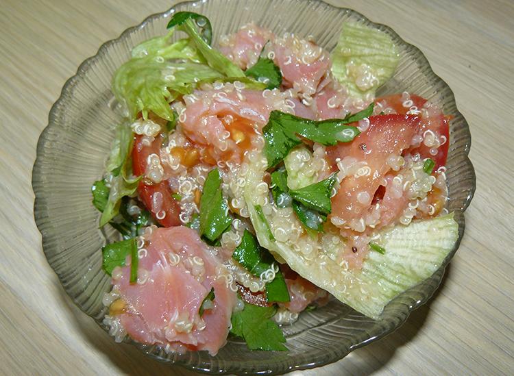 салат с киноа и форелью в салатнике
