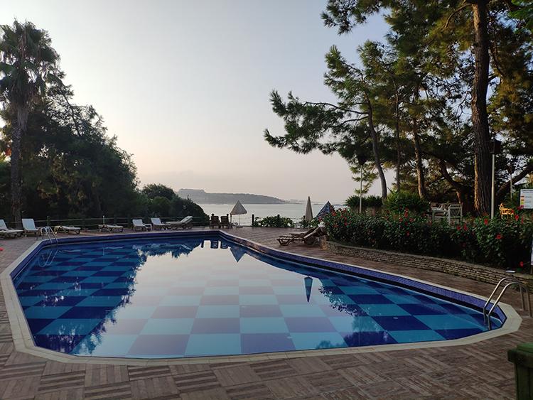 бассейн на территории отеля