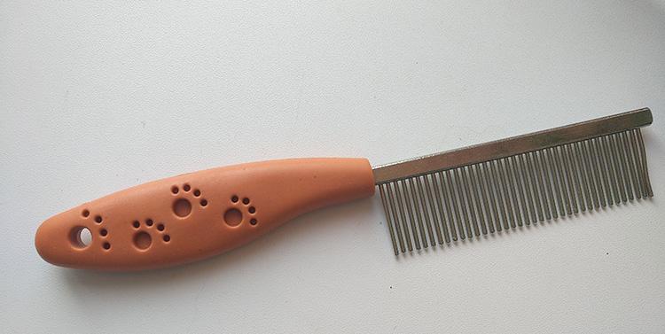 расческа с металлическими зубьями